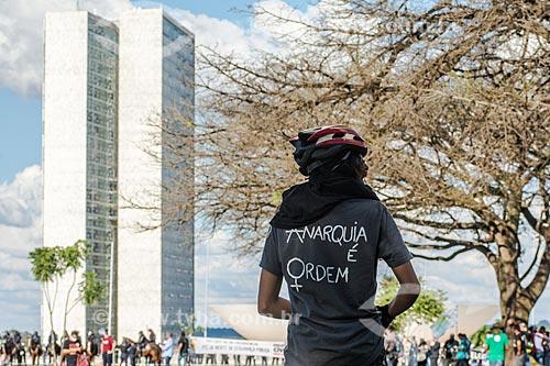 Manifestante com camisa que diz: Anarquia é ordem - durante a manifestação contra o governo de Michel Temer na Esplanada dos Ministérios com o Congresso Nacional ao fundo  - Brasília - Distrito Federal (DF) - Brasil