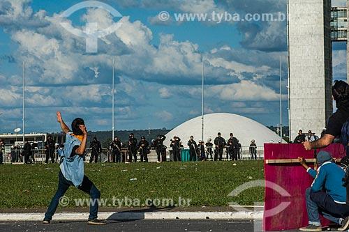 Manifestante arremessando pedra durante a manifestação contra o governo de Michel Temer na Esplanada dos Ministérios  - Brasília - Distrito Federal (DF) - Brasil
