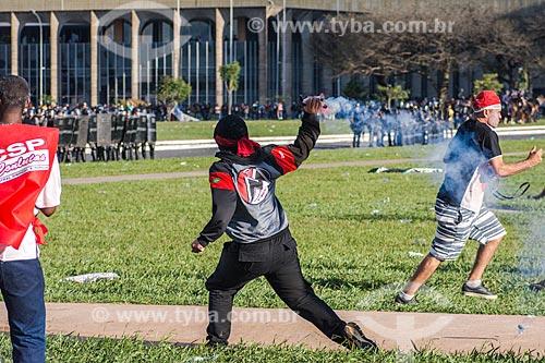 Manifestante arremessando bomba de gás lacrimogêneo durante a manifestação contra o governo de Michel Temer na Esplanada dos Ministérios  - Brasília - Distrito Federal (DF) - Brasil