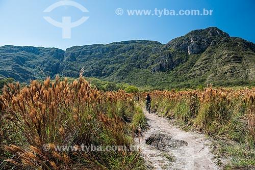 Mulher andando de bicicleta no Parque Nacional da Serra do Cipó  - Santana do Riacho - Minas Gerais (MG) - Brasil