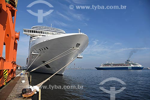 Vista de navio de cruzeiro e barca que faz a travessia entre Rio de Janeiro e Niterói a partir do Píer Mauá  - Rio de Janeiro - Rio de Janeiro (RJ) - Brasil
