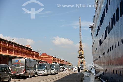 Ônibus e vans para transporte de turistas no Píer Mauá  - Rio de Janeiro - Rio de Janeiro (RJ) - Brasil