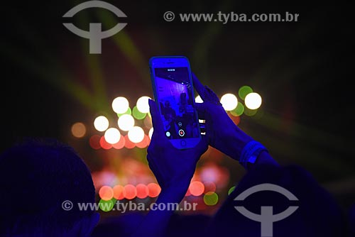 Detalhe de telefone celular durante o show dos cantores Elton John e James Taylor no Sambódromo da Marquês de Sapucaí (1984)  - Rio de Janeiro - Rio de Janeiro (RJ) - Brasil