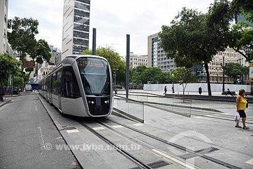 Veículo leve sobre trilhos na Praça Tiradentes com o Edifício Garagem Centro Paulista ao fundo  - Rio de Janeiro - Rio de Janeiro (RJ) - Brasil
