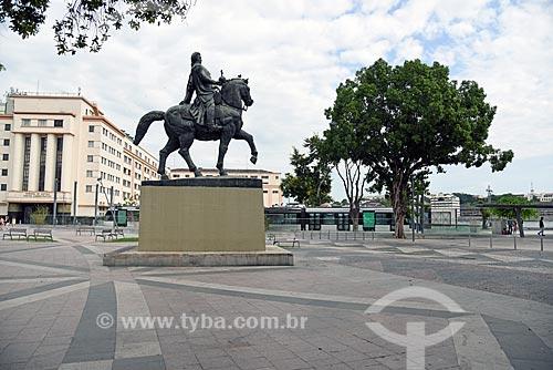 Detalhe da estátua equestre do General Osório (1894) na Praça XV de Novembro com o veículo leve sobre trilhos ao fundo  - Rio de Janeiro - Rio de Janeiro (RJ) - Brasil
