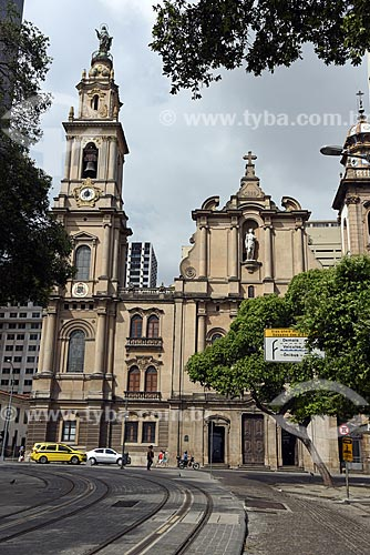 Trilhos do veículo leve sobre trilhos na Praça XV de Novembro com a Igreja de Nossa Senhora do Carmo (1770) - antiga Catedral do Rio de Janeiro - ao fundo  - Rio de Janeiro - Rio de Janeiro (RJ) - Brasil