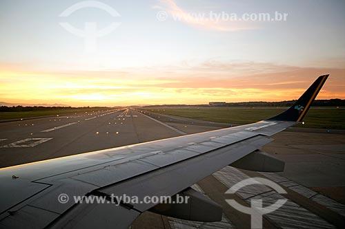 Avião na pista do Aeroporto Internacional Antônio Carlos Jobim  - Rio de Janeiro - Rio de Janeiro (RJ) - Brasil