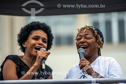 Detalhe de Teresa Cristina e Martnália durante manifestação contra o governo de Michel Temer na orla da Praia de Copacabana  - Rio de Janeiro - Rio de Janeiro (RJ) - Brasil