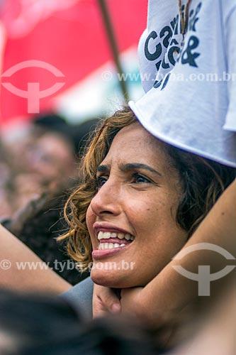 Detalhe de Camila Pitanga durante manifestação contra o governo de Michel Temer na orla da Praia de Copacabana  - Rio de Janeiro - Rio de Janeiro (RJ) - Brasil