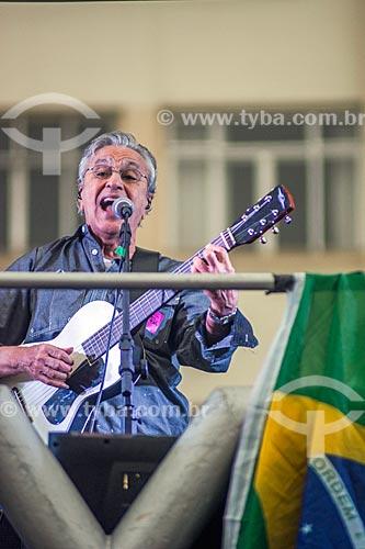 Detalhe de Caetano Veloso durante manifestação contra o governo de Michel Temer na orla da Praia de Copacabana  - Rio de Janeiro - Rio de Janeiro (RJ) - Brasil