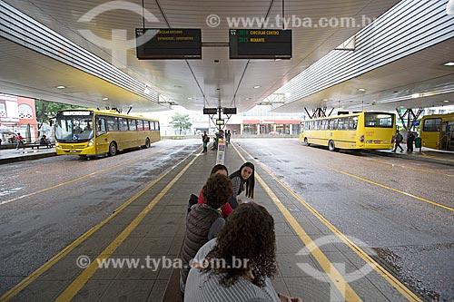 Passageiros na Estação Rodoviária Harold Nielson  - Joinville - Santa Catarina (SC) - Brasil