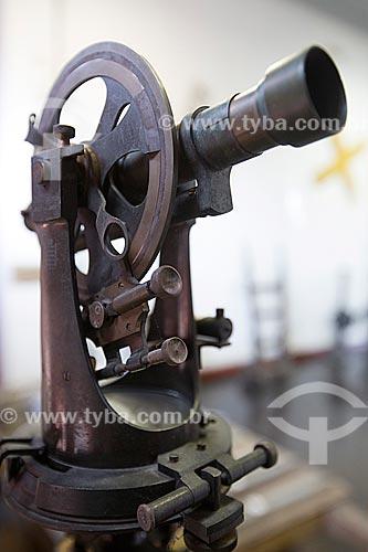 Detalhe de teodolito - instrumento utilizado para realizar medidas de distância, elevação e direção - em exibição no Estação Museu da Memória - antiga Estação Ferroviária de Joinville  - Joinville - Santa Catarina (SC) - Brasil