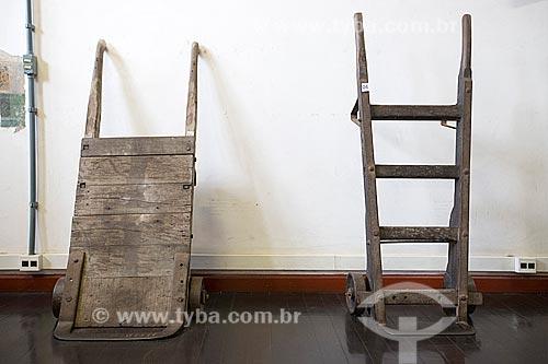 Carrinhos de mão - de madeira e ferro - em exibição no Estação Museu da Memória - antiga Estação Ferroviária de Joinville  - Joinville - Santa Catarina (SC) - Brasil