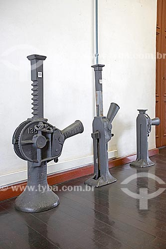 Macacos mecânicos de fabricação francesa em exibição no Estação Museu da Memória - o da esquerda possui a capacidade de levantar 35 toneladas  - Joinville - Santa Catarina (SC) - Brasil