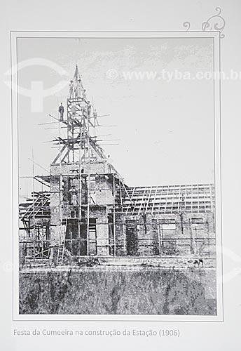 Festa da Cumeeira na construção da Estação Ferroviária de Joinville (1906) - Reprodução do acervo da Estação Museu da Memória - antiga Estação Ferroviária de Joinville  - Joinville - Santa Catarina (SC) - Brasil