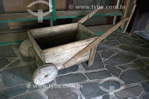 Antigo carrinho de mão feito de madeira em exibição no Museu do Marceneiro - antiga Marcenaria Behling  - Pomerode - Santa Catarina (SC) - Brasil