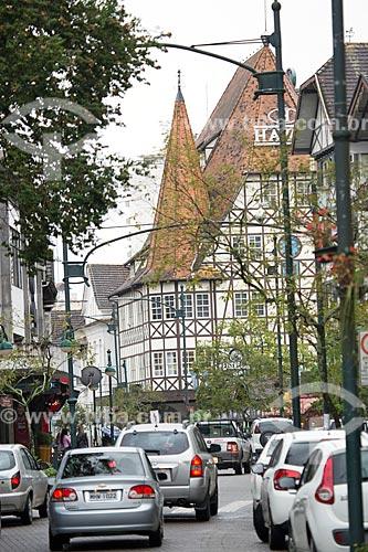 Tráfego na Rua Quinze de Novembro com a Loja Havan com estilo enxaimel ao fundo  - Blumenau - Santa Catarina (SC) - Brasil