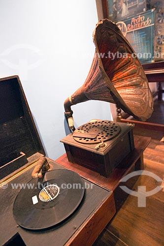 Toca-disco e gramofone em exibição no Museu Anita Garibaldi  - Laguna - Santa Catarina (SC) - Brasil