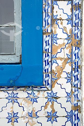 Detalhe de azulejo português na fachada da Casa Pinto Dulysséa (1866) - hoje abriga a Fundação Lagunense de Cultura  - Laguna - Santa Catarina (SC) - Brasil