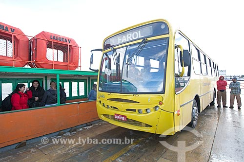 Detalhe de ônibus durante a travessia de balsa na Lagoa de Imaruí entre as cidades de Laguna e Jaguaruna  - Laguna - Santa Catarina (SC) - Brasil
