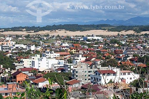 Vista de casas no bairro do Arroio com dunas ao fundo  - Torres - Rio Grande do Sul (RS) - Brasil