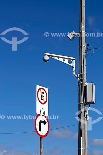 Placa de trânsito indicando proibido estacionar, vire à direita e câmera de segurança no Morro do Farol  - Torres - Rio Grande do Sul (RS) - Brasil