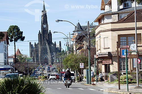 Tráfego na Rua Felisberto Soares com a Paróquia de Nossa Senhora de Lourdes - também conhecida como Catedral de Pedra - ao fundo  - Canela - Rio Grande do Sul (RS) - Brasil