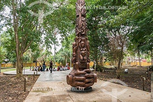 Vista de totem com as representações das etnias amapaenses no Centro de Pesquisas Museológicas Museu Sacaca  - Macapá - Amapá (AP) - Brasil