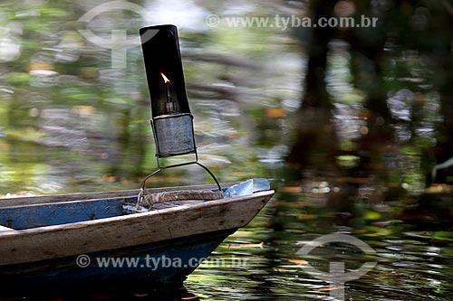 Detalhe de poronga - luminária típica usada por seringueiros - na proa de lancha durante a coleta de látex na comunidade ribeirinha Nossa Senhora de Fátima  - Manaus - Amazonas (AM) - Brasil