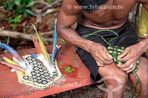 Homem fazendo a luva de palha com formigas tucandeiras usadas para o ritual da tucandeira na Aldeia Tarruapé da tribo Sateré-mawé  - Manacapuru - Amazonas (AM) - Brasil