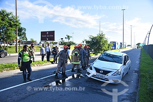 Bombeiros retirando carro capotado da Avenida das Américas  - Rio de Janeiro - Rio de Janeiro (RJ) - Brasil