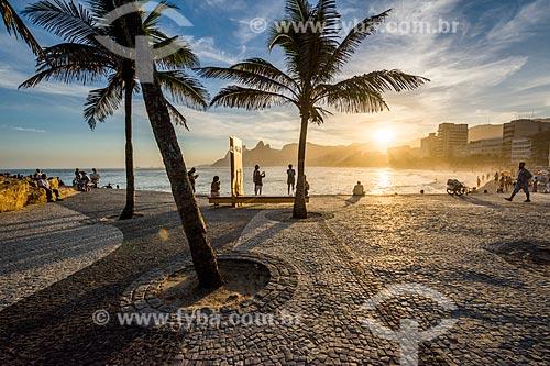 Vista do pôr do sol na Praia do Arpoador com o monumento à Millôr Fernandes no Largo do Millôr  - Rio de Janeiro - Rio de Janeiro (RJ) - Brasil