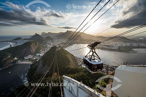 Bondinho do Pão de Açúcar fazendo a travessia entre o Morro da Urca e o Pão de Açúcar durante o pôr do sol  - Rio de Janeiro - Rio de Janeiro (RJ) - Brasil