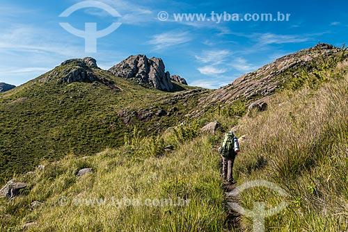 Trilha na Serra da Mantiqueira no Parque Nacional de Itatiaia com a Pedra do Altar ao fundo  - Itatiaia - Rio de Janeiro (RJ) - Brasil