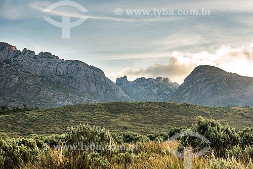 Vista do Pico das Agulhas Negras a partir da trilha na Serra da Mantiqueira no Parque Nacional de Itatiaia  - Itatiaia - Rio de Janeiro (RJ) - Brasil