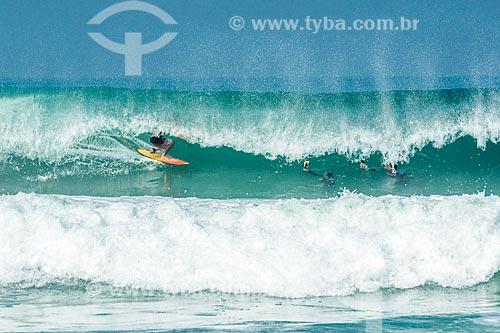 Surfista dentro de tubo na Praia da Barra da Tijuca  - Rio de Janeiro - Rio de Janeiro (RJ) - Brasil