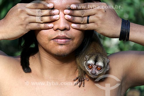 Detalhe de índio da Tribo Ticuna com macaco-da-noite (Aotus Trivirgatus)  - Manacapuru - Amazonas (AM) - Brasil