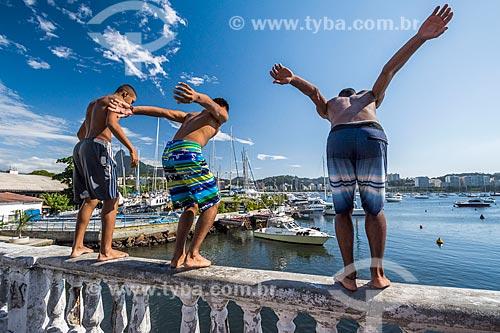 Jovens saltando na Baía de Guanabara a partir da Mureta da Urca  - Rio de Janeiro - Rio de Janeiro (RJ) - Brasil