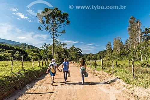 Pessoas caminhando em estrada de terra da zona rural do distrito de Visconde de Mauá  - Resende - Rio de Janeiro (RJ) - Brasil
