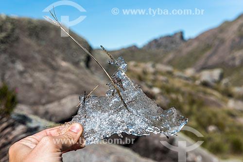 Detalhe de pedaço de gelo feito durante as baixas temperaturas próximo à Pedra do Altar no Parque Nacional de Itatiaia  - Itatiaia - Rio de Janeiro (RJ) - Brasil