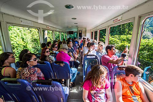 Turistas no trem na Estrada de Ferro do Corcovado - fazendo a travessia entre Cosme Velho e o Morro do Corcovado  - Rio de Janeiro - Rio de Janeiro (RJ) - Brasil