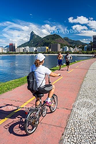 Ciclista na ciclovia da Praia de Botafogo com o Cristo Redentor (1931) ao fundo  - Rio de Janeiro - Rio de Janeiro (RJ) - Brasil