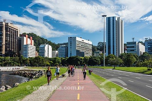 Pessoas caminhando na ciclovia da Praia de Botafogo  - Rio de Janeiro - Rio de Janeiro (RJ) - Brasil
