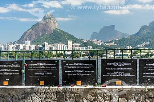 Detalhe de placas em homenagem aos policiais mortos no Rio de Janeiro na Lagoa Rodrigo de Freitas com o Morro Dois Irmãos e a Pedra da Gávea ao fundo  - Rio de Janeiro - Rio de Janeiro (RJ) - Brasil