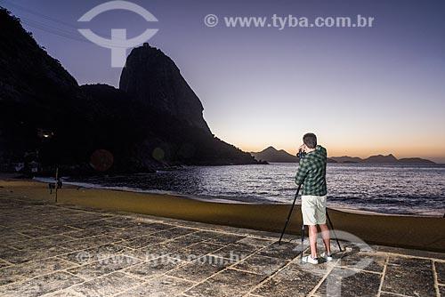 Homem fotografando o amanhecer na Praia Vermelha com o Pão de Açúcar ao fundo  - Rio de Janeiro - Rio de Janeiro (RJ) - Brasil