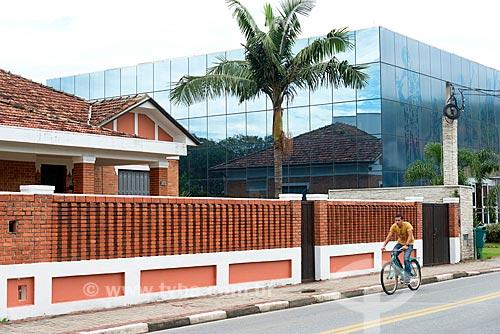 Detalhe de casario - à esquerda - com prédio em arquitetura moderna - à direita - na Rua Coronel Ramalho  - Guararema - São Paulo (SP) - Brasil