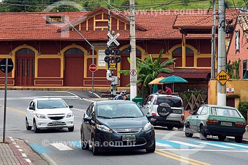 Tráfego na passagem de nível da Rua Coronel Ramalho com a Estação Ferroviária de Guararema ao fundo  - Guararema - São Paulo (SP) - Brasil