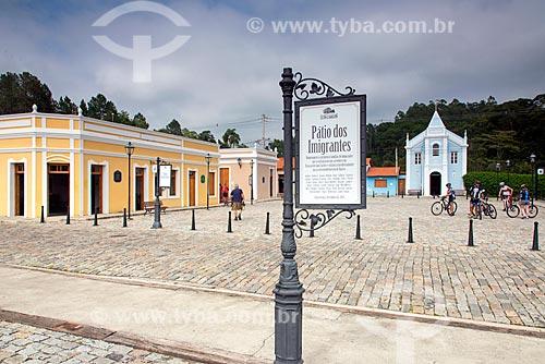 Vista de casarios no Pátio dos Imigrantes com a Igreja de São Lourenço (1906) ao fundo  - Guararema - São Paulo (SP) - Brasil