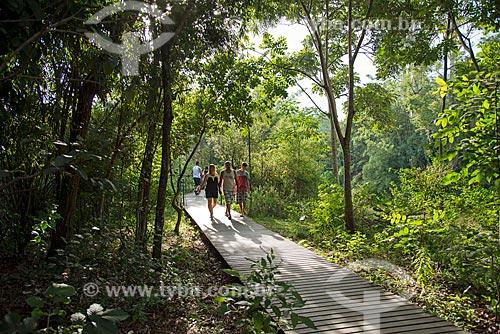 Pessoas em trilha no Parque da Ilha Grande  - Guararema - São Paulo (SP) - Brasil