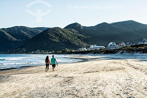 Casal na orla da Praia dos Açores  - Florianópolis - Santa Catarina (SC) - Brasil